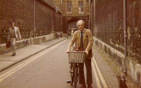 Peter Ganz (and his bicycle) in Oxford 1981; copyright photograph: Nicolette Mout